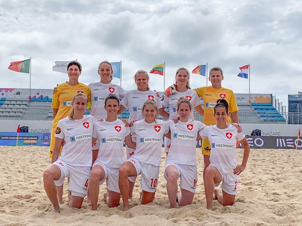 Die Schweizer Beach Soccer Nati Frauen 2021.